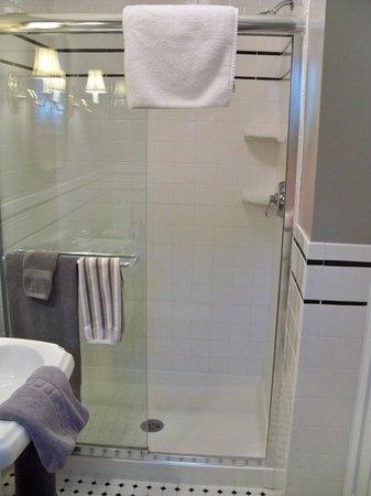 The Cherry Street Inn: Private bathroom