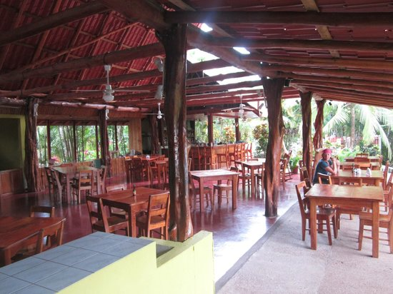El Sueno Tropical: Open air restaurant and bar at the hotel