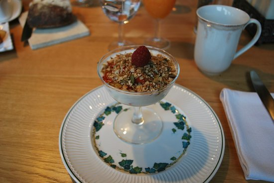 Balcon en Foret - Chambres d'Hotes Dordogne: yogurt and granola for breakfast