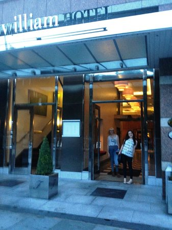 Fitzwilliam Hotel Dublin: Hotel Entrance