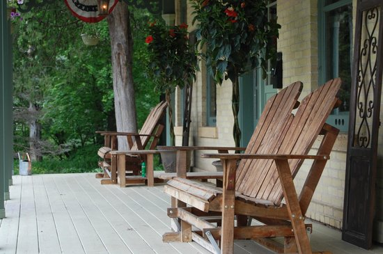Walking Iron Bed and Breakfast : Relax on the covered porches