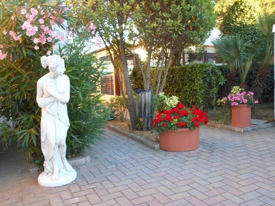 Villaggio Club Centro Vacanze: Il vialetto per il nostro villino