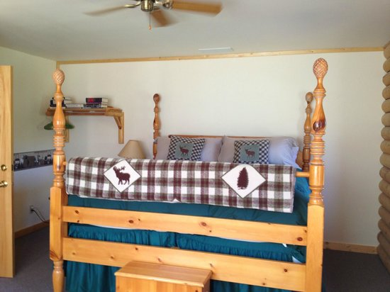 Inn on the Beartooth: Our mountain view room offers a high four poster king bed with exceptional mountain views!
