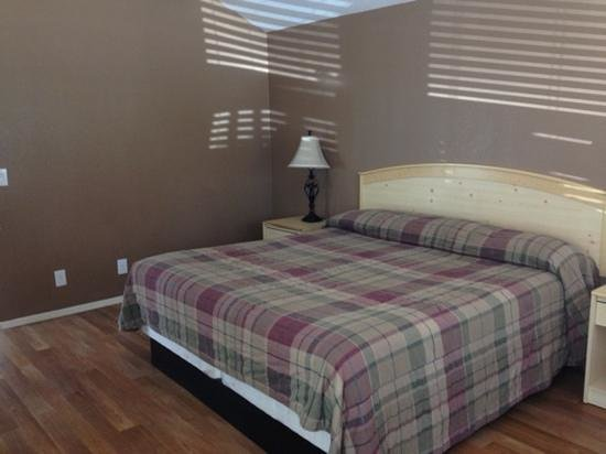 Yosemite Pines RV Resort and Family Lodging: cozy cabin - King size bed