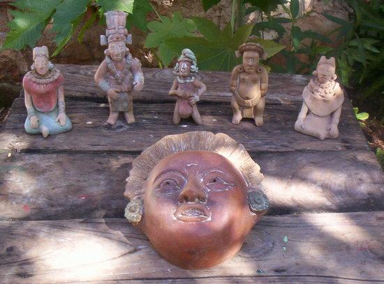 Posada el Jardin: mascarones recreacion maya