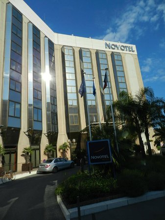 NOVOTEL NICE CENTRE : hotel and front entrance