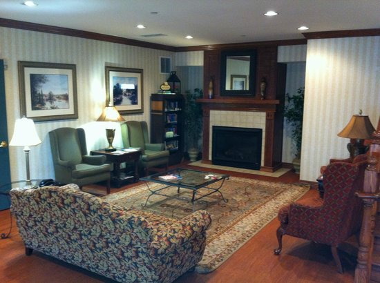 comfy lobby area picture of country inn suites by radisson rh tripadvisor ie
