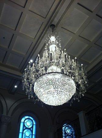 Hotel Montfort Nicolet : lustre de la chapelle (52000$)