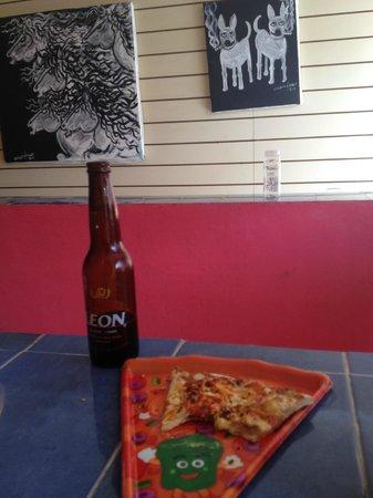 Maria Bonita Pizza: Venden buena cerveza