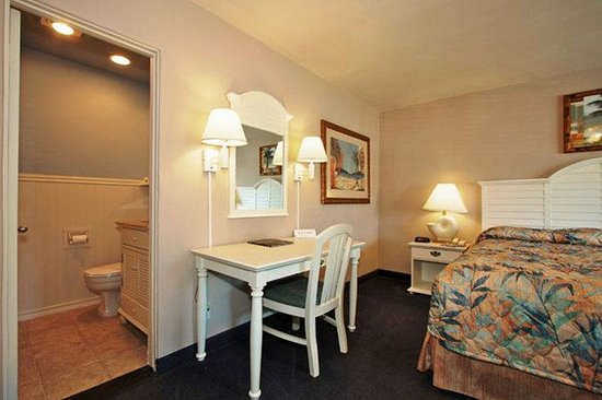 Del Mar Motel on the Beach: Bedroom with King Bed and Writing Desk