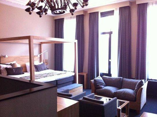 Hotel Vondel : Jr Suite bedroom - cool lamp