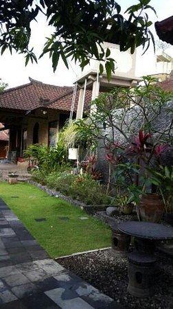 Tenang House: tenang garden