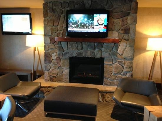 Sandman Hotel & Suites, Calgary Airport: look at that very beautiful fireplace to stay..