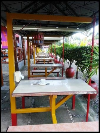 Balay Inato Pension : Small dining tables in the restaurant