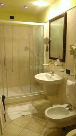 Hotel Tuscolana: Pretty bathroom!