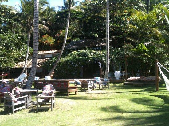 Pousada do Baiano: Jardim em frente a praia