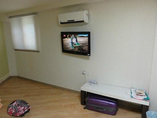 Zaza Backpackers Hostel: Wall TV & Aircon