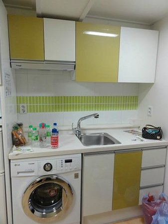 Zaza Backpackers Hostel: Basin & washing machine