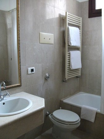 Amadeus Hotel: Clean bathroom