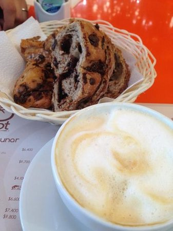 Brot: capuchino y Baguette de chocolate