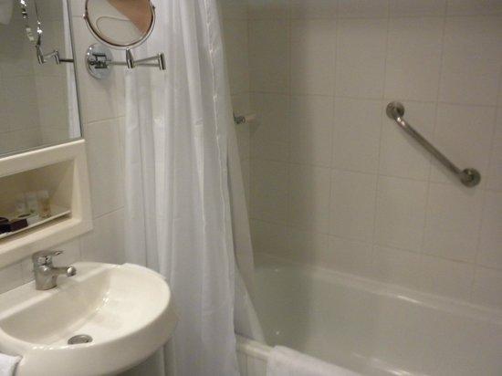 Hotel Quito: Baño amplio y limpio