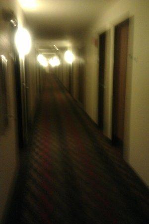 Super 8 Lewisburg: hallway 2 floors no elevator
