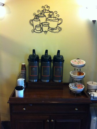 Country Inn & Suites by Radisson, Manteno, IL: Lobby coffee service