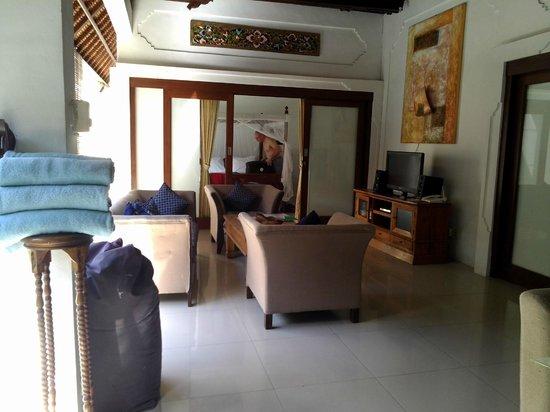 Villa Kamboja: Lounge looking towards double bedroom