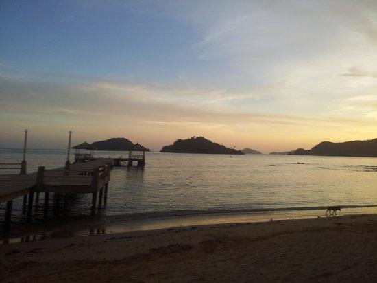Makathanee Resort: Sunset over the beach