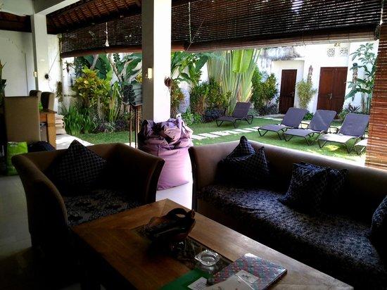 Villa Kamboja: Lounge/dining area