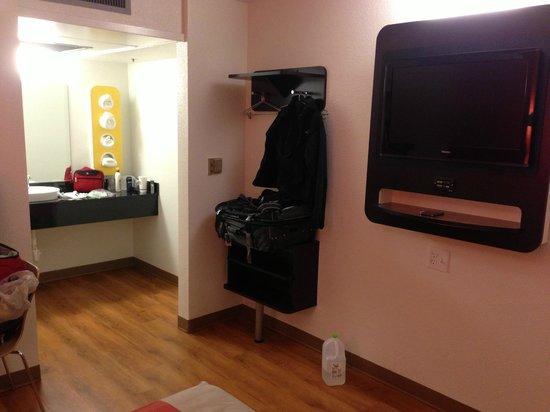Motel 6 Carlsbad South : TV & Vanity