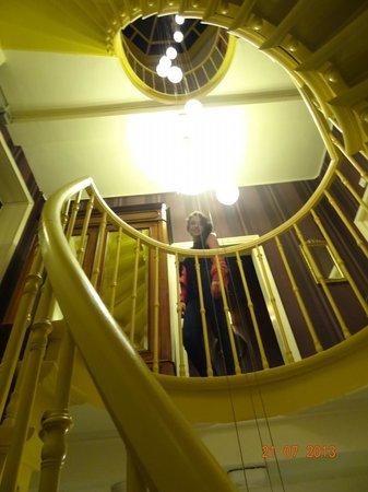 Hotel Van Eyck: primeiro andar da escada caracol, em frente à porta do quarto