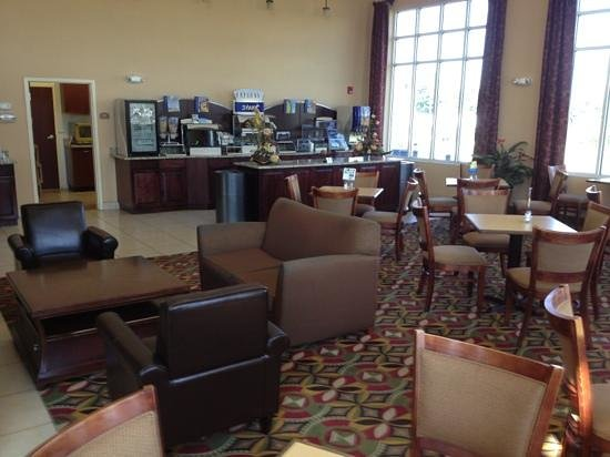 Holiday Inn Express Woodstock / Shenandoah Valley : Breakfast area.