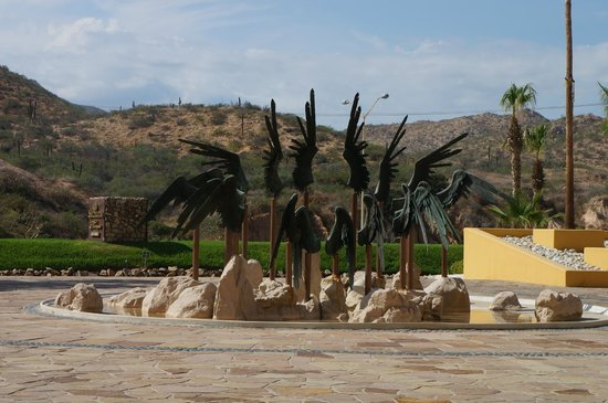 Marquis Los Cabos All-Inclusive Resort & Spa: Sculpture in front of hotel