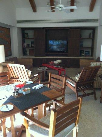 Grand Fiesta Americana Los Cabos All Inclusive Golf & Spa: TV area in the club.