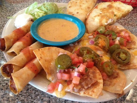 Chuy's Norman : Appetizer platter: nachos, flautas, quesadillas, queso...good stuff!