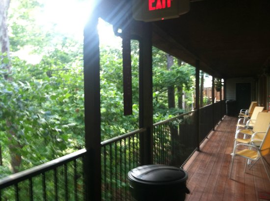 Lookout Lodge: Lovely view and seating for the back rooms