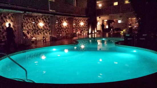 Avalon Hotel Beverly Hills: Center courtyard pool with poolside bungalows at night...