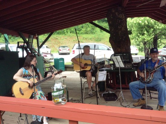 Shatley Springs Inn: music while you wait or relax after eating