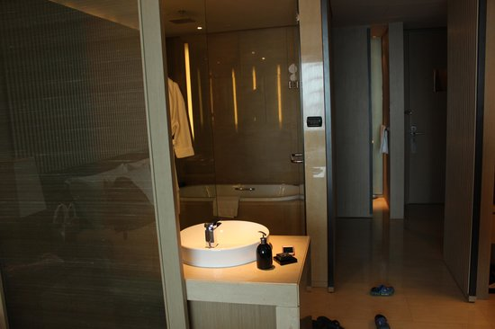 The Okura Prestige Bangkok: shower room