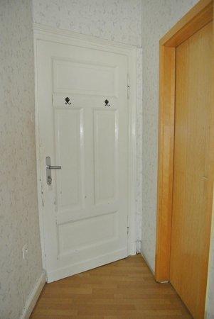 Haus Weller: De enige deur (houtkleur) die een beetje fatsoenlijk was.