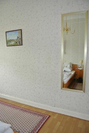 Haus Weller: Het enige redelijke meubelstuk, de spiegel.