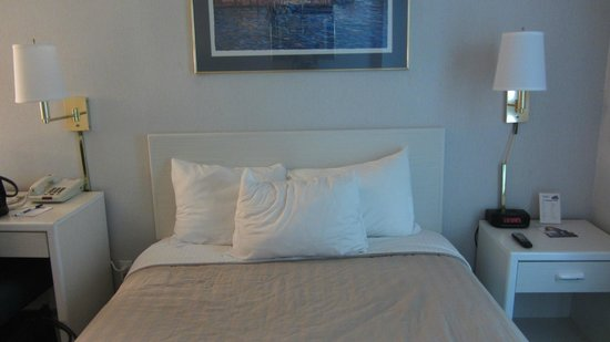 Travelodge Mill Valley/Sausalito: Comfortable bed and pillows.
