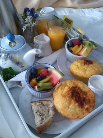 Sea Gull Inn Bed and Breakfast: Yummy breakfast delivered!