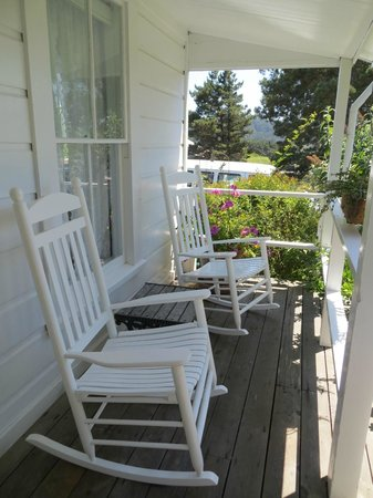 Sea Gull Inn Bed and Breakfast: Rocking chairs on the porch