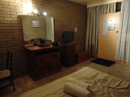 Warrina Motor Inn: Room with TV and showing 2nd door