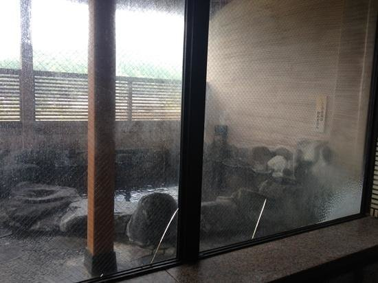 Shuhokaku : ひび割れたガラス、湯垢で真っ白に曇り天井もカビだらけ。外の露天はヌルヌルで不潔感が漂うだけでなく危険。