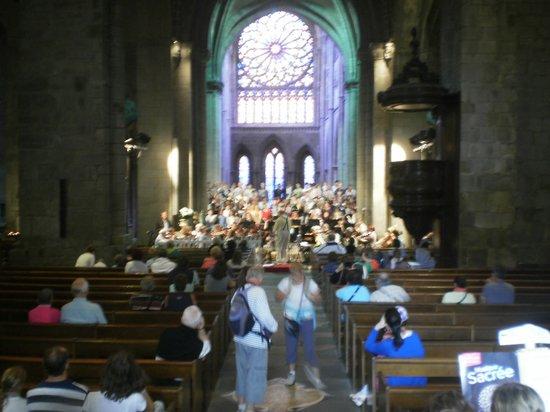 Saint-Vincent -- Saint-Malo : in atto sotto le luci del rosone centrale le prove del coro