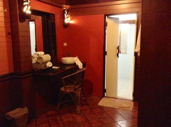 Baan Laanta Resort & Spa : Lavabo fuori dal bagno
