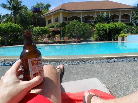 Turtle Bay Dive Resort: a cool beer by the pool